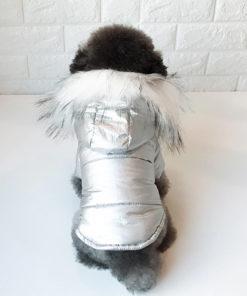 jaqueta prateada com capuz de pêlos para cachorro