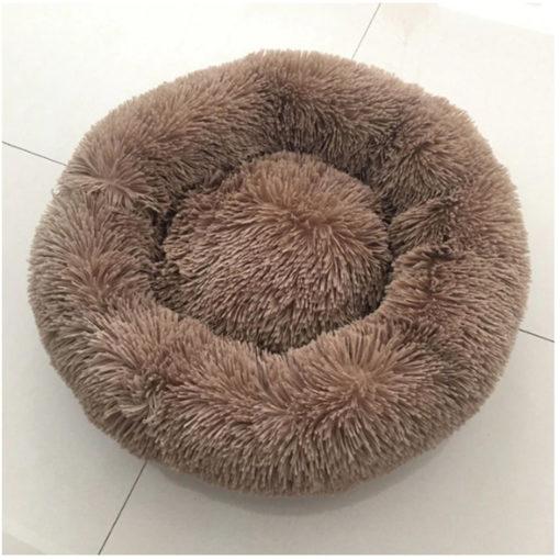 cama de pêlos marrom para cachorro