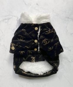 jaqueta de inverno preta e dourada com pêlos